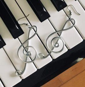 ト音記号ピアスと鍵盤