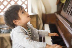 ピアノの音に感動する少年