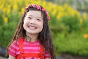 子どもの笑顔と花冠
