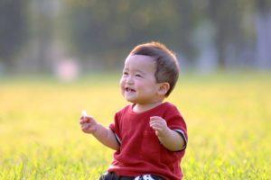 芝生笑顔幼児