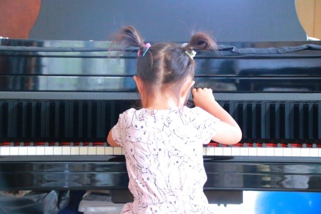 楽しそうにピアノを弾く女の子の後ろ姿