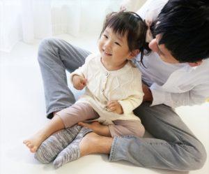 パパとひざに乗る子供