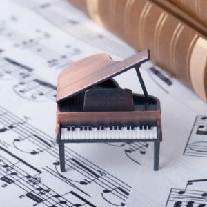 楽譜の上のグランドピアノ