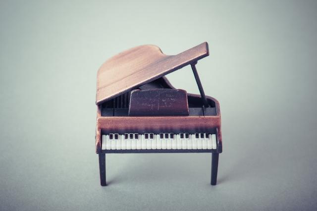 茶グランドピアノ正面