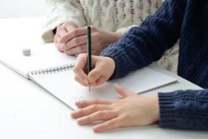 母親と宿題をする子供