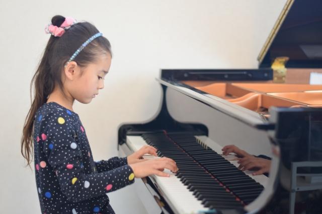 ピアノを弾く女子両手