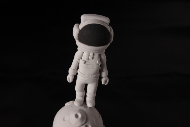 月に立つ人