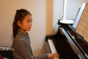 真剣にピアノを弾く女子右手