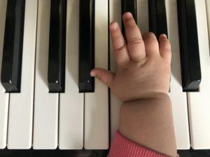 鍵盤子供片手