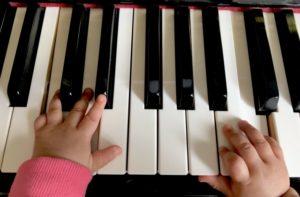 鍵盤子供の手