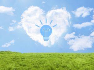 ハートの雲の中にひらめき電球