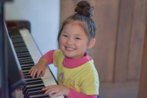 ピアノ楽しい少女
