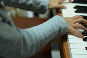 ピアノを弾く子供の手