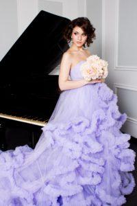 ピアノとパステルドレス女性