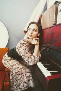 赤ピアノとワンピースの女性